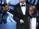 Barry Jenkins - scenárista a težisér filmu Moonlight drží Oscara